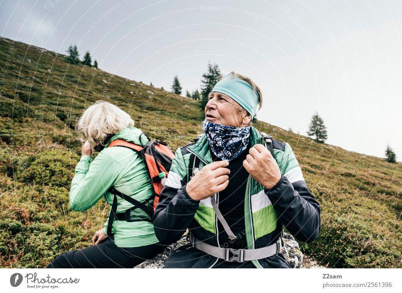 Senioren beim Wandern Frau Natur Mann alt Landschaft Erholung Berge u. Gebirge Lifestyle Glück Feste & Feiern Paar Zufriedenheit Freizeit & Hobby wandern blond