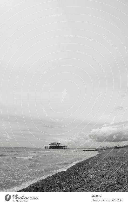 strandurlaub Himmel Wolken Wellen Küste Strand Meer Nordsee Brighton England Ferien & Urlaub & Reisen Spaziergang Schwimmen & Baden Steinstrand Schwarzweißfoto