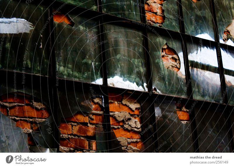 ? alt rot ruhig Haus dunkel Fenster Wand Architektur Stein Gebäude Mauer Metall Glas geschlossen ästhetisch