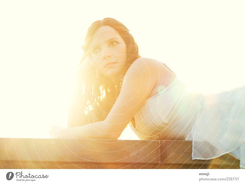 auch Prinzessinen brauchen mal 'ne Pause Mensch Jugendliche weiß schön Erwachsene feminin hell gold Kleid 18-30 Jahre Langeweile Junge Frau abstützen goldgelb