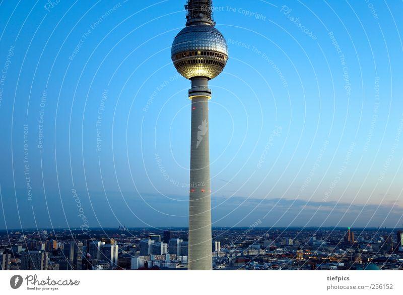 berlin vom vogel aus gesehen Sightseeing Fernsehen Horizont Skyline Hochhaus Dom Rathaus Sehenswürdigkeit Tower (Luftfahrt) fliegen blau rot Sonnenuntergang