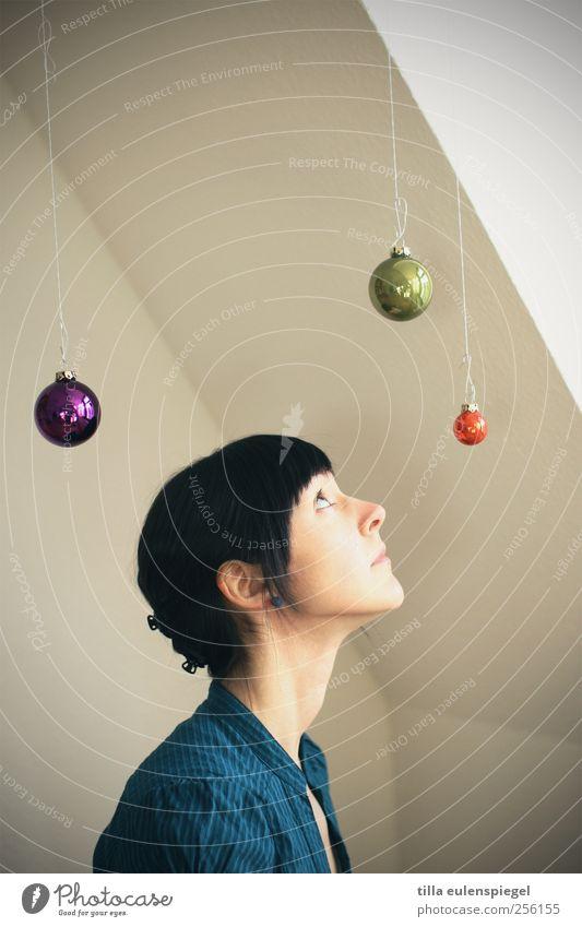 °°° Frau Mensch Weihnachten & Advent Jugendliche blau grün Erwachsene feminin Neugier violett 18-30 Jahre Kugel Christbaumkugel Interesse Neigung Junge Frau