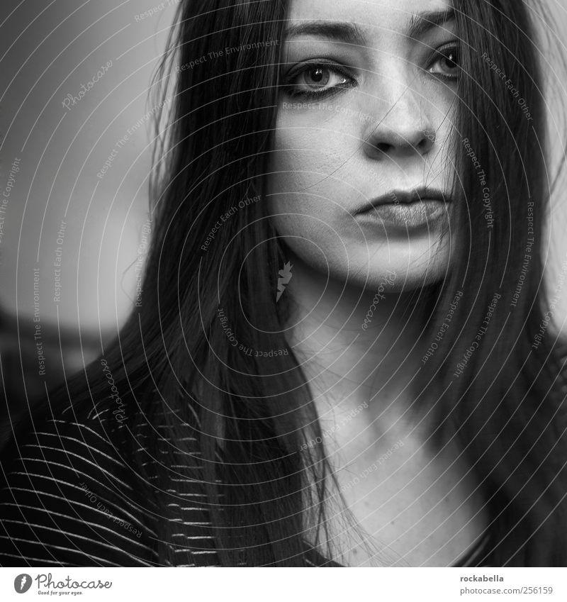 Frau mit dunklen Haaren feminin 1 Mensch 18-30 Jahre Jugendliche Erwachsene schwarzhaarig brünett langhaarig ästhetisch authentisch dunkel Traurigkeit Sorge