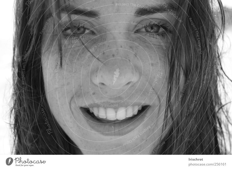 Sommersprossen Mensch feminin Frau Erwachsene Jugendliche Gesicht 1 18-30 Jahre Sonnenlicht Schönes Wetter brünett langhaarig lachen leuchten frech frei