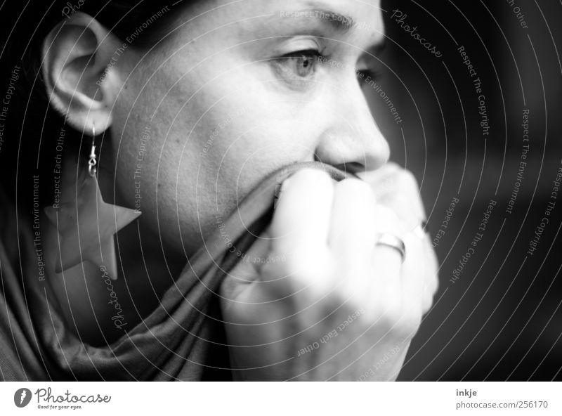 there´s always room for hope! Frau Erwachsene Leben Gesicht Hand 1 Mensch 30-45 Jahre Ohrringe Schal Tuch Stern (Symbol) Denken festhalten Blick träumen