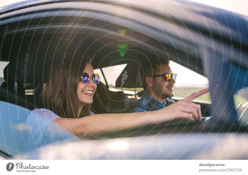 Junger Mann fährt mit seiner Freundin ein Auto. Lifestyle Freude Glück schön Freizeit & Hobby Ferien & Urlaub & Reisen Ausflug Abenteuer Freiheit Mensch Frau