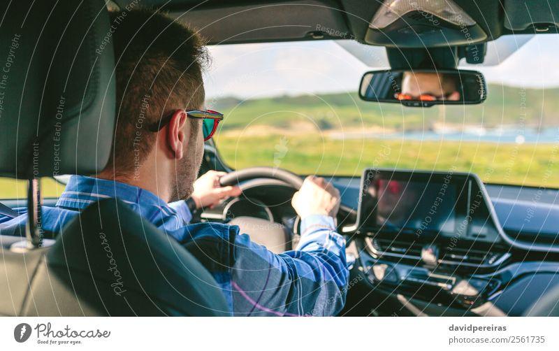 Junger Mann, der die Lenkung beim Fahren hält. Lifestyle Ferien & Urlaub & Reisen Ausflug Abenteuer Bildschirm Technik & Technologie Mensch Erwachsene Arme Hand