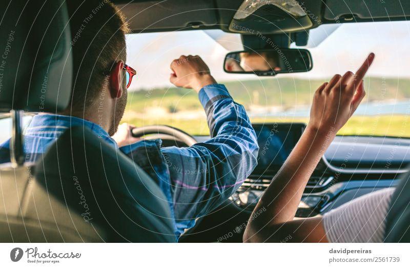 Junger Mann und Freundin tanzen beim Autofahren. Lifestyle Freude Glück Freizeit & Hobby Ferien & Urlaub & Reisen Ausflug Abenteuer Musik Mensch Frau Erwachsene
