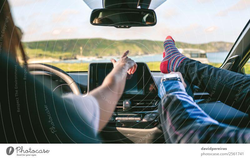 Junges Paar, das mit den Füßen des Autos barfuß unterwegs ist. Lifestyle Freude Erholung Freizeit & Hobby Ferien & Urlaub & Reisen Ausflug Abenteuer Mensch Frau