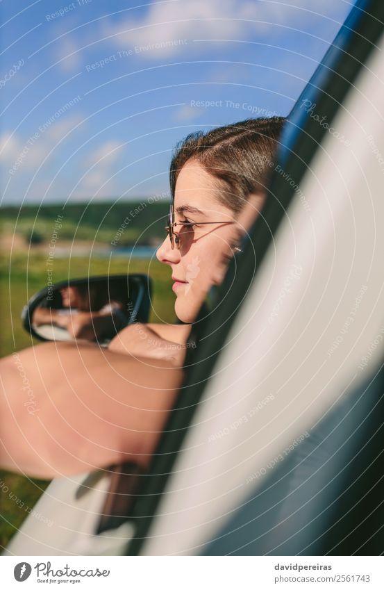 Mädchen, das sich an das Fenster des Autos lehnt. Lifestyle Glück schön Gesicht Erholung ruhig Ferien & Urlaub & Reisen Ausflug Sommer Kind Mensch Frau