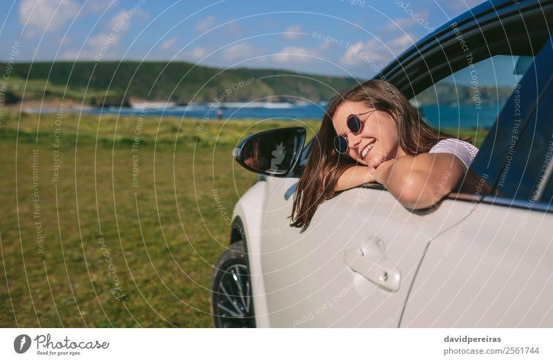 Mädchen, das sich an das Fenster des Autos lehnt. Lifestyle Glück schön Gesicht Erholung ruhig Ferien & Urlaub & Reisen Ausflug Sommer Mensch Frau Erwachsene
