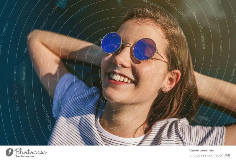 Junges Mädchen, das auf der Windschutzscheibe liegt. Lifestyle Stil Glück schön Erholung ruhig Ferien & Urlaub & Reisen Sonnenbad Mensch Frau Erwachsene