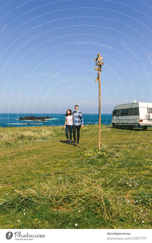 Ein Paar, das mit einem Wohnmobil einen Spaziergang an der Küste macht. Ferien & Urlaub & Reisen Abenteuer Freiheit Meer Mensch Frau Erwachsene Mann Natur