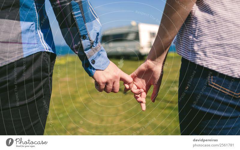 Nicht erkennbares Paar, das sich an den Händen hält, mit eingehakten Fingern. Lifestyle Ferien & Urlaub & Reisen Ausflug Abenteuer Meer Mensch Frau Erwachsene
