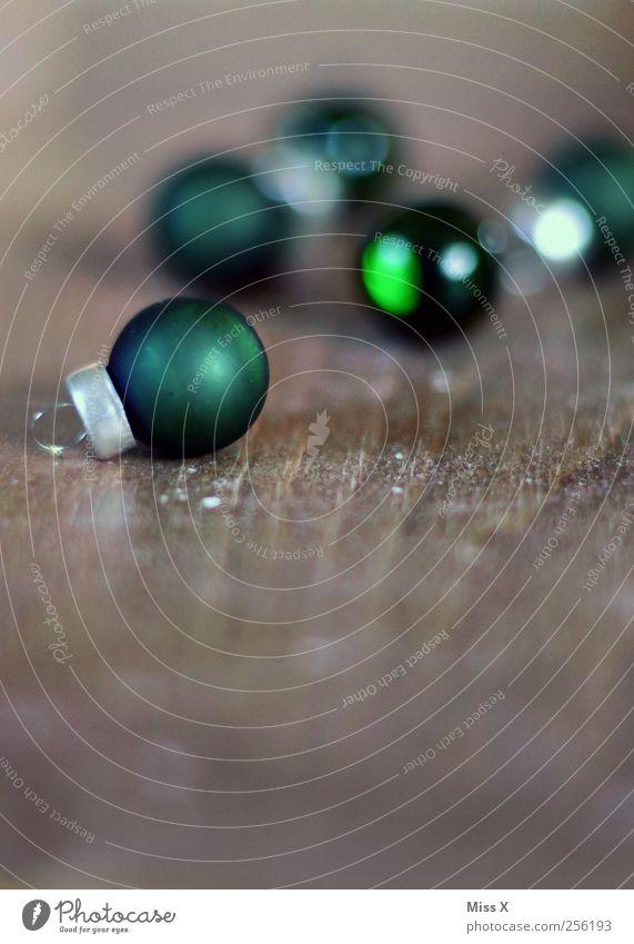 dunkelgrün Dekoration & Verzierung Weihnachten & Advent glänzend rund Christbaumkugel Weihnachtsdekoration Glaskugel klein Holz Farbfoto Nahaufnahme