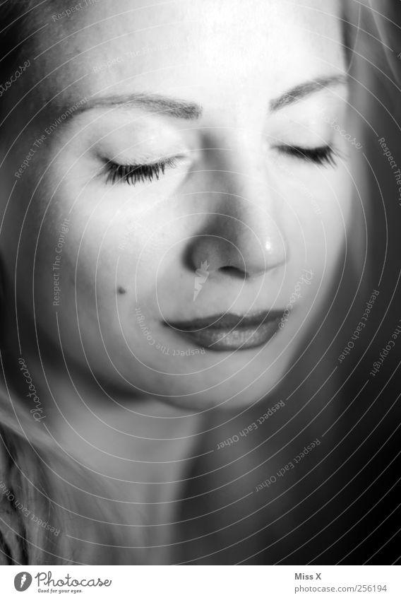 alt & müde ;-) Mensch feminin Frau Erwachsene 1 18-30 Jahre Jugendliche dunkel Müdigkeit schlafen Erholung ruhig Schwarzweißfoto Nahaufnahme