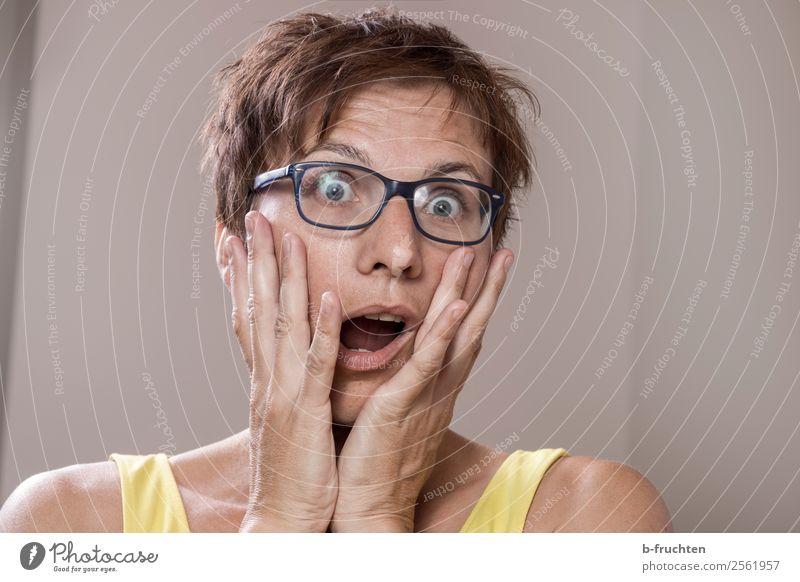 Frau erschreckt sich Erwachsene Gesicht 1 Mensch 30-45 Jahre Brille berühren Angst Entsetzen Überraschung erschrecken Gesichtsausdruck erstaunt gestikulieren