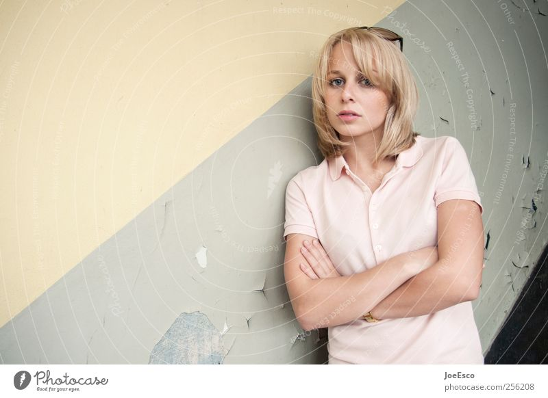 #256208 Stil Frau Erwachsene Leben Gesicht 1 Mensch Mode T-Shirt blond beobachten Erholung Blick stehen warten Freundlichkeit trendy schön kaputt selbstbewußt