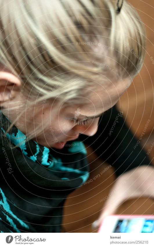Nummer 7 revisited Mensch Jugendliche Erwachsene Leben Haare & Frisuren Kopf Junge Frau blond Freizeit & Hobby 18-30 Jahre Computer Lifestyle lesen Handy