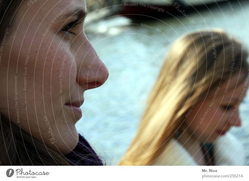 sehn wir uns wieder? schön feminin Frau Erwachsene Geschwister Freundschaft Paar Haut Gesicht Nase Mund Lippen 2 Mensch Seeufer Flussufer Haare & Frisuren