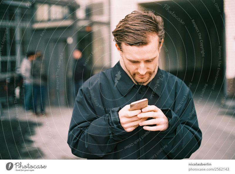 MP140 - Junger Mann schreibt seiner Freundin eine SMS Lifestyle Stil Flirten Studium Student Arbeitsplatz Büro Kapitalwirtschaft Business Erfolg Handy PDA