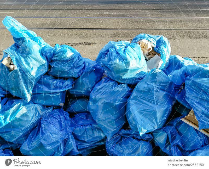 So viel Müll Gesundheit Krankheit Renovieren Umzug (Wohnungswechsel) Party Güterverkehr & Logistik Kunst Umwelt Stadt Hauptstadt überbevölkert Straße Verpackung