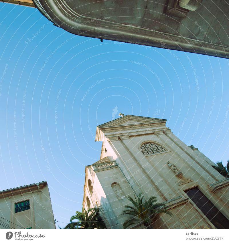 Kirche des heiligen Sankt Titanic alt Ferien & Urlaub & Reisen Kirche Palme Neigung Mallorca Wolkenloser Himmel mediterran Sandstein Portal Säulenkapitell Natursteinfassade