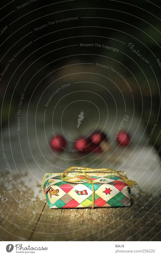 Weihnachtspackerl III Weihnachten & Advent alt schön rot schwarz Holz Feste & Feiern glänzend natürlich liegen Geschenk Stern (Symbol) leuchten Dekoration & Verzierung Häusliches Leben Kitsch