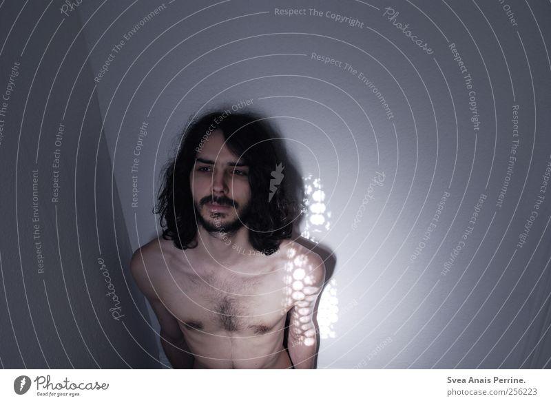 . maskulin Junger Mann Jugendliche Körper Haut Brust 1 Mensch 18-30 Jahre Erwachsene Mauer Wand Haare & Frisuren schwarzhaarig langhaarig Locken dünn