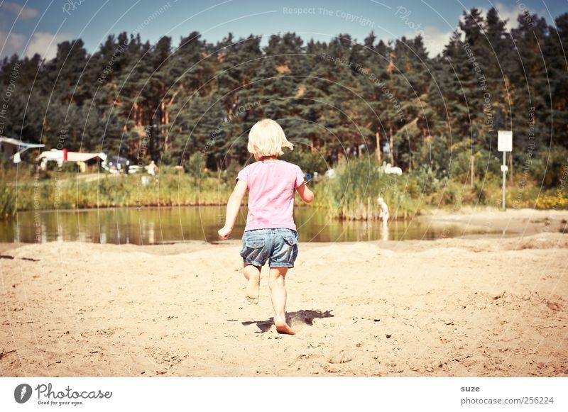 Sprinti Mensch Kind Himmel Natur Baum Ferien & Urlaub & Reisen Sommer Strand Umwelt Wiese Spielen Sand klein See Kindheit blond