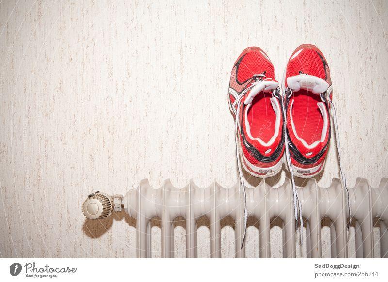 Nasse Füss' rot Schuhe dreckig nass Laufsport retro Turnschuh Heizkörper trocknen Joggen Vignettierung Heizung Aktion Sportbekleidung