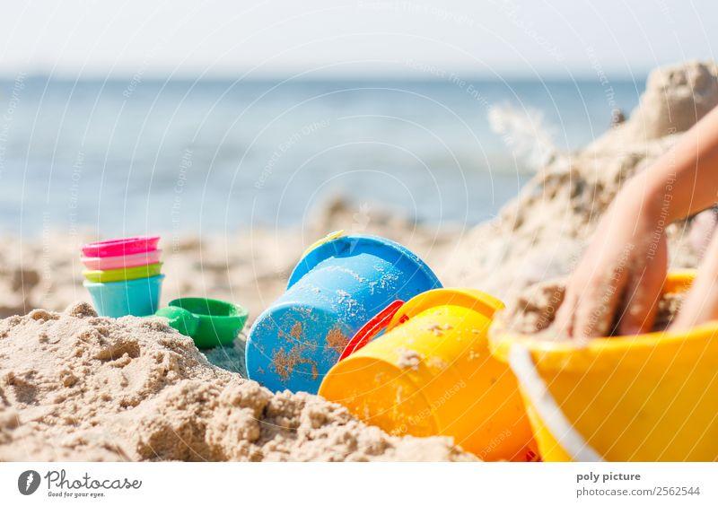 Sandspiezeug am Strand Kind Ferien & Urlaub & Reisen Jugendliche Sommer Sonne Hand Meer Erholung Freude Mädchen Leben Herbst Junge Spielen Tourismus