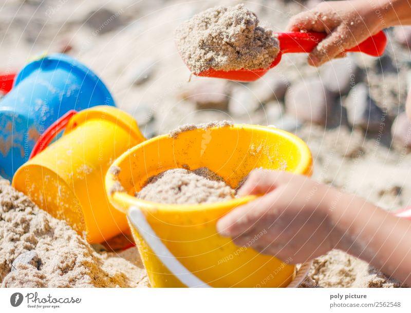Kind schaufelt Sand am Strand Ferien & Urlaub & Reisen Tourismus Ferne Freiheit Sommer Sommerurlaub Sonnenbad Meer Insel Kleinkind Mädchen Junge Kindheit