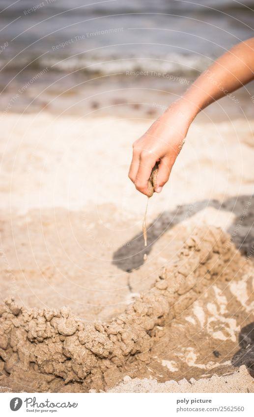 Lass uns Kleckerburgen bauen! Kind Ferien & Urlaub & Reisen Jugendliche Sommer Hand Meer Freude Mädchen Strand Leben Küste Junge Spielen Tourismus Ausflug