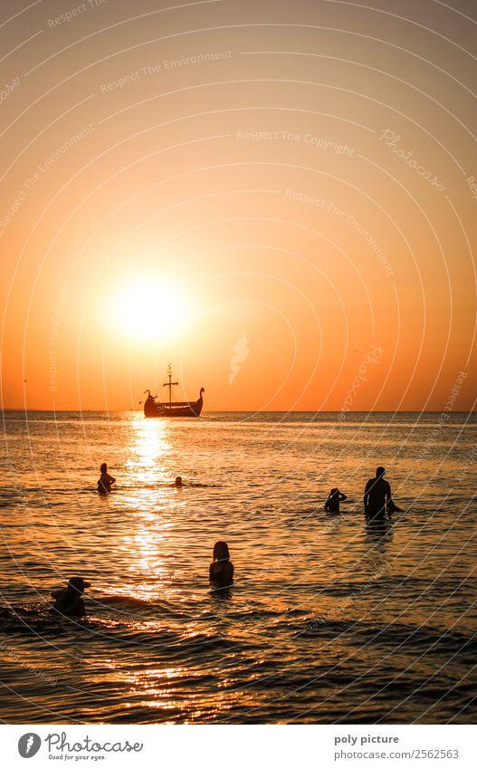 Wikingerschiff zieht an Badenden im Sonnenuntergang vorbei Mensch Ferien & Urlaub & Reisen Sommer Meer Strand Ferne Herbst Küste Tourismus Freiheit