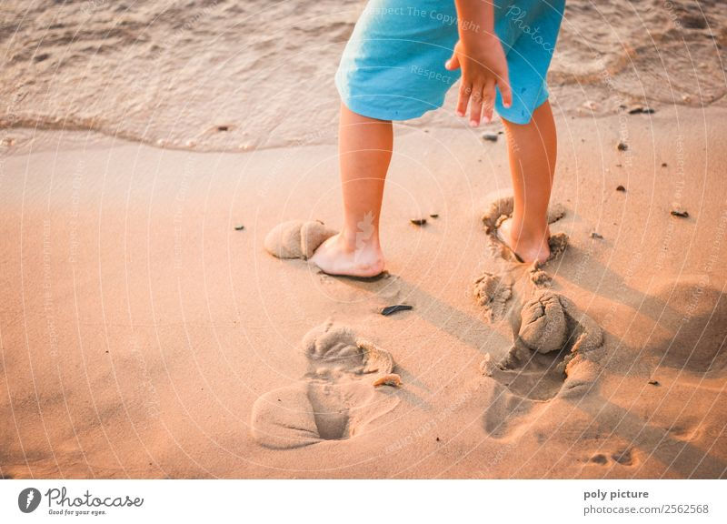 Kind macht Spuren im Strandsand Ferien & Urlaub & Reisen Sommer Meer Leben Beine Herbst Frühling Küste Junge Spielen Tourismus Fuß Freizeit & Hobby Wetter