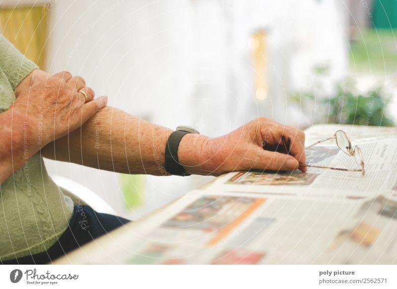 Rentnerin hällt Brille Frau Erwachsene Weiblicher Senior Männlicher Senior Mann Großeltern Großvater Großmutter Leben Arme Hand 60 und älter Einsamkeit