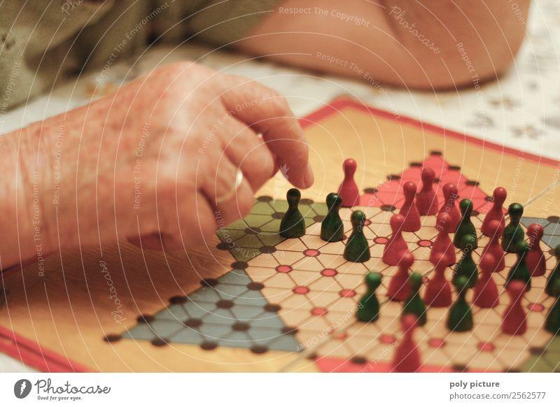 Rentnerin spielt Halma Freizeit & Hobby Spielen Frau Erwachsene Weiblicher Senior Männlicher Senior Mann Großeltern Großvater Großmutter Leben Hand 60 und älter