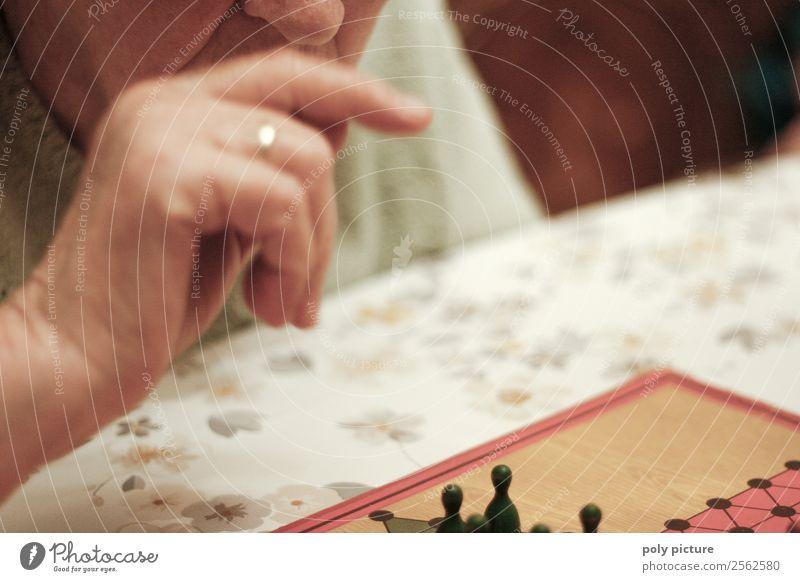 Rentnerin überlegt nächsten Spielzug beim Halma Frau Mann Hand Einsamkeit Erwachsene Leben Senior Glück Spielen Stimmung Freizeit & Hobby nachdenklich