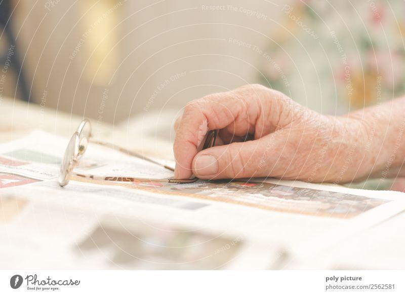 Rentner Hand hällt Brille Weiblicher Senior Frau Männlicher Senior Mann Großeltern Großvater Großmutter Erwachsene Leben Finger 60 und älter anstrengen Ärger