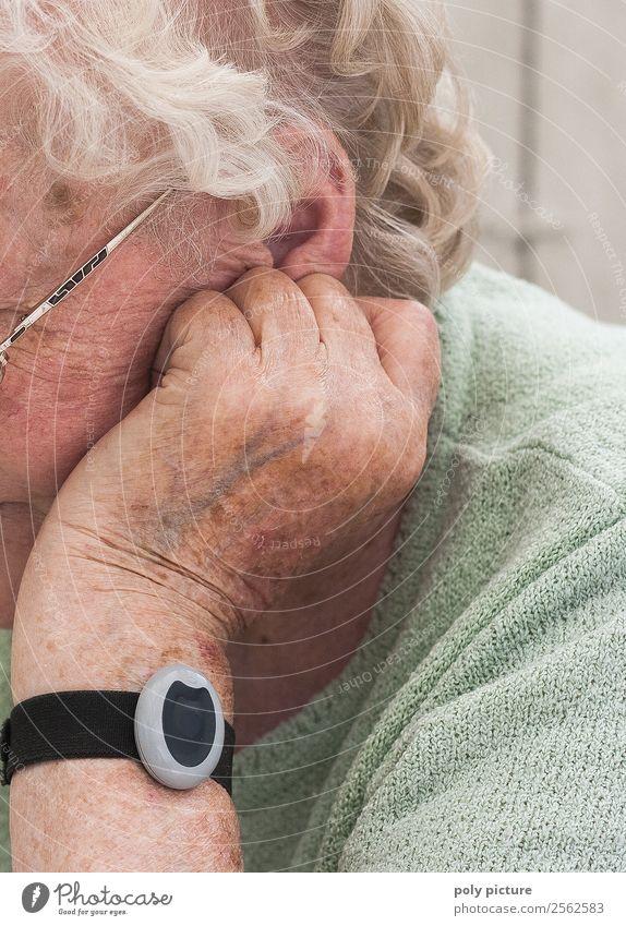 Rentnerin grübelt Frau Erwachsene Weiblicher Senior Großmutter Leben Ohr Arme Hand 60 und älter Angst anstrengen Ärger Erwartung Identität einzigartig Verfall
