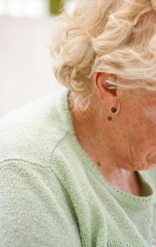 Rentnerin (Seitenansicht) feminin Frau Erwachsene Weiblicher Senior Leben Kopf Haare & Frisuren Ohr 60 und älter Freizeit & Hobby Fürsorge