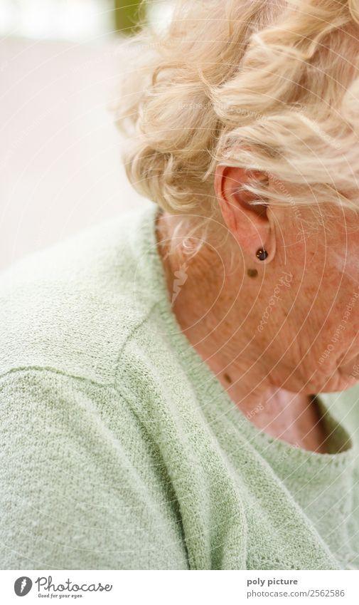 Rentnerin (Seitenansicht) Frau alt Einsamkeit Gesundheit Erwachsene Leben Senior feminin Gesundheitswesen Haare & Frisuren Kopf Freizeit & Hobby nachdenklich