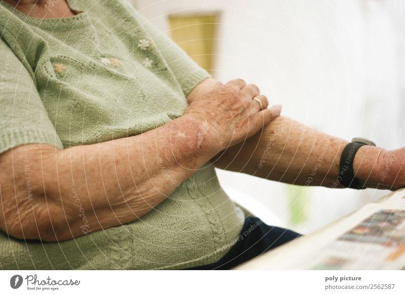 Rentnerhällt Arme verschränkt Frau alt Hand Einsamkeit Erwachsene Senior Denken Zufriedenheit nachdenklich 60 und älter Zukunft Vergänglichkeit einzigartig