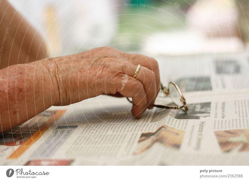 Hand einer älteren Dame Frau Erwachsene Senior Familie & Verwandtschaft Denken Angst 60 und älter Beginn Brille Weiblicher Senior Trauer Erwachsenenbildung