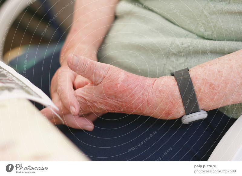 Rentnerin hällt Hände verschränkt Weiblicher Senior Frau Männlicher Senior Mann Großvater Großmutter Erwachsene Leben Arme Hand 60 und älter Identität Zukunft