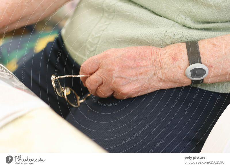 Rentnerhand mit Brille Gesundheit Seniorenpflege Frau Erwachsene Weiblicher Senior Männlicher Senior Mann Großeltern Großmutter Leben Arme Hand 45-60 Jahre