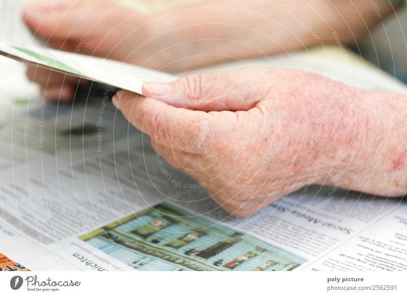 Seniorenhand hällt Zeitung Frau Mann alt Hand 60 und älter Kultur lernen einzigartig Wandel & Veränderung lesen Weiblicher Senior Männlicher Senior Bildung