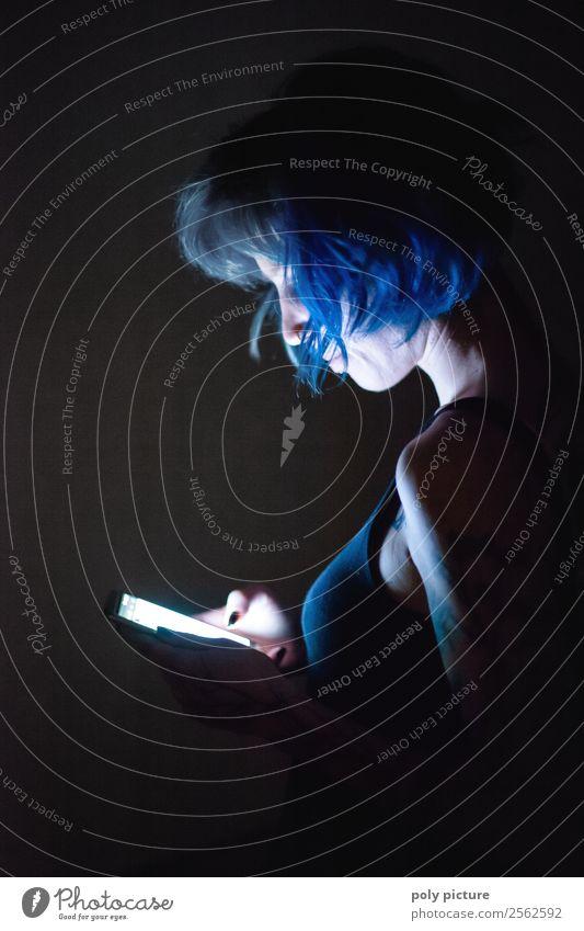 Junge Frau am Smartphone - [AM109] Lifestyle Jugendliche Erwachsene Leben 13-18 Jahre 18-30 Jahre 30-45 Jahre Idee einzigartig innovativ Inspiration dunkel PDA