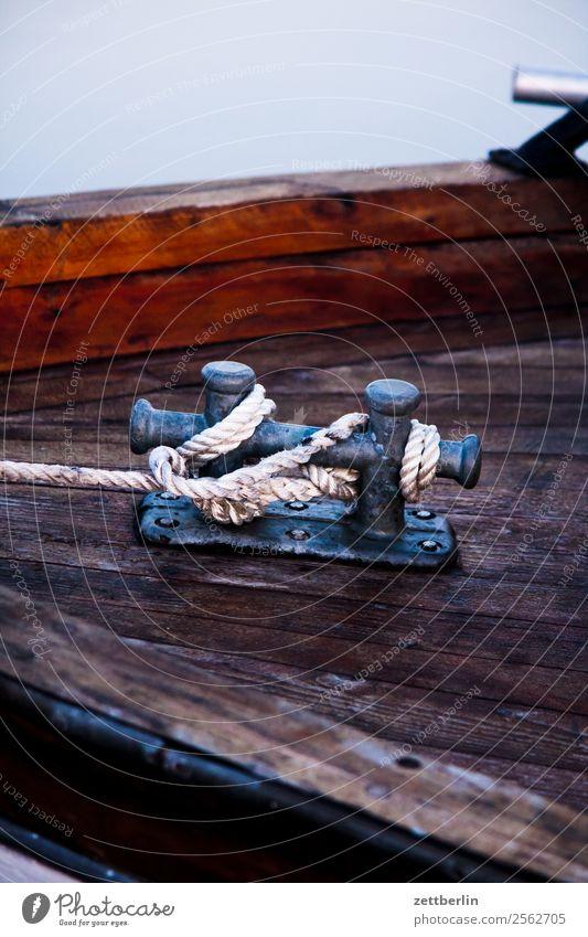 Poller Wasserfahrzeug Polarmeer fest Fischereiwirtschaft Fjord Hafen Knoten Liegeplatz Lofoten maritim Meer Norwegen Schifffahrt Segelschiff Segelboot Seil